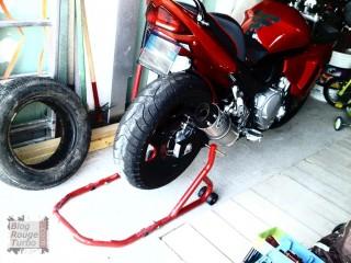 Moto sur bequille d'atelier