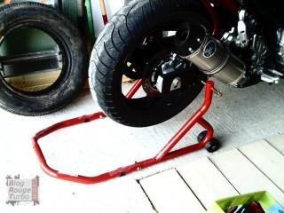 Détails de la moto sur bequille d'atelier
